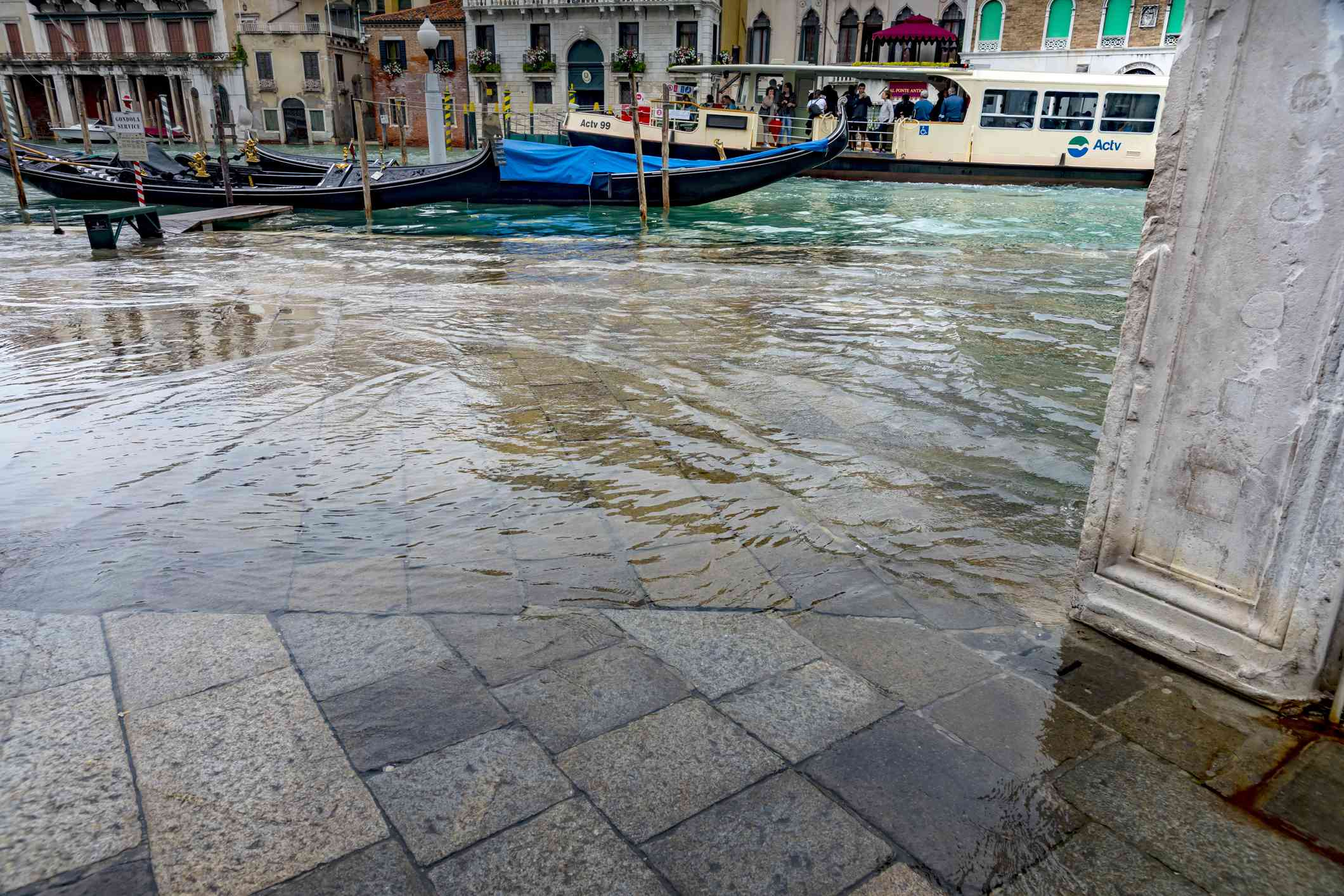 Flooding under the Rialto Bridge