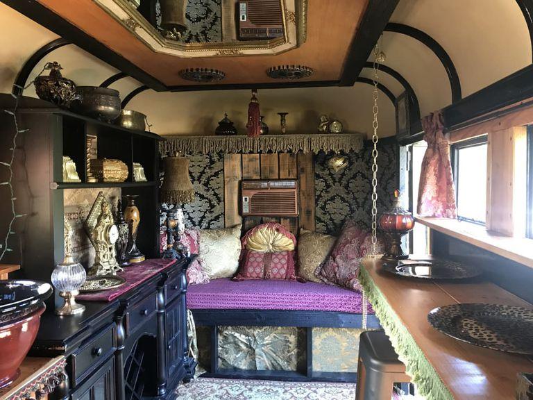 Remolque de caballos transformado en una pequeña casa maximalista