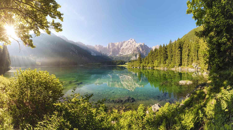 Türkisfarbener Alpensee mit Bergpanorama Idylle