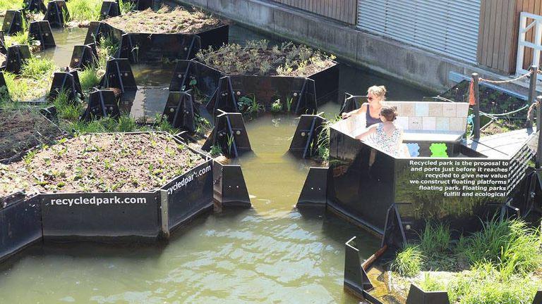 Los módulos flotantes del parque reciclado están hechos de basura plástica recuperada (video)