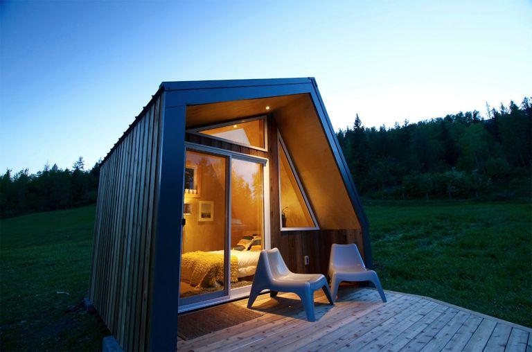 Pequeña cabaña de lujo construida para resistir los inviernos del norte