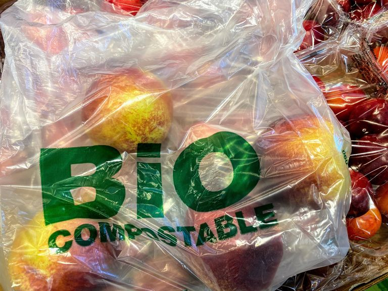 "Bag full of apples that says ""Bio compostable"""