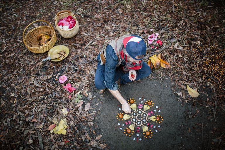 Artista celebra la naturaleza y su impermanencia con altares matutinos