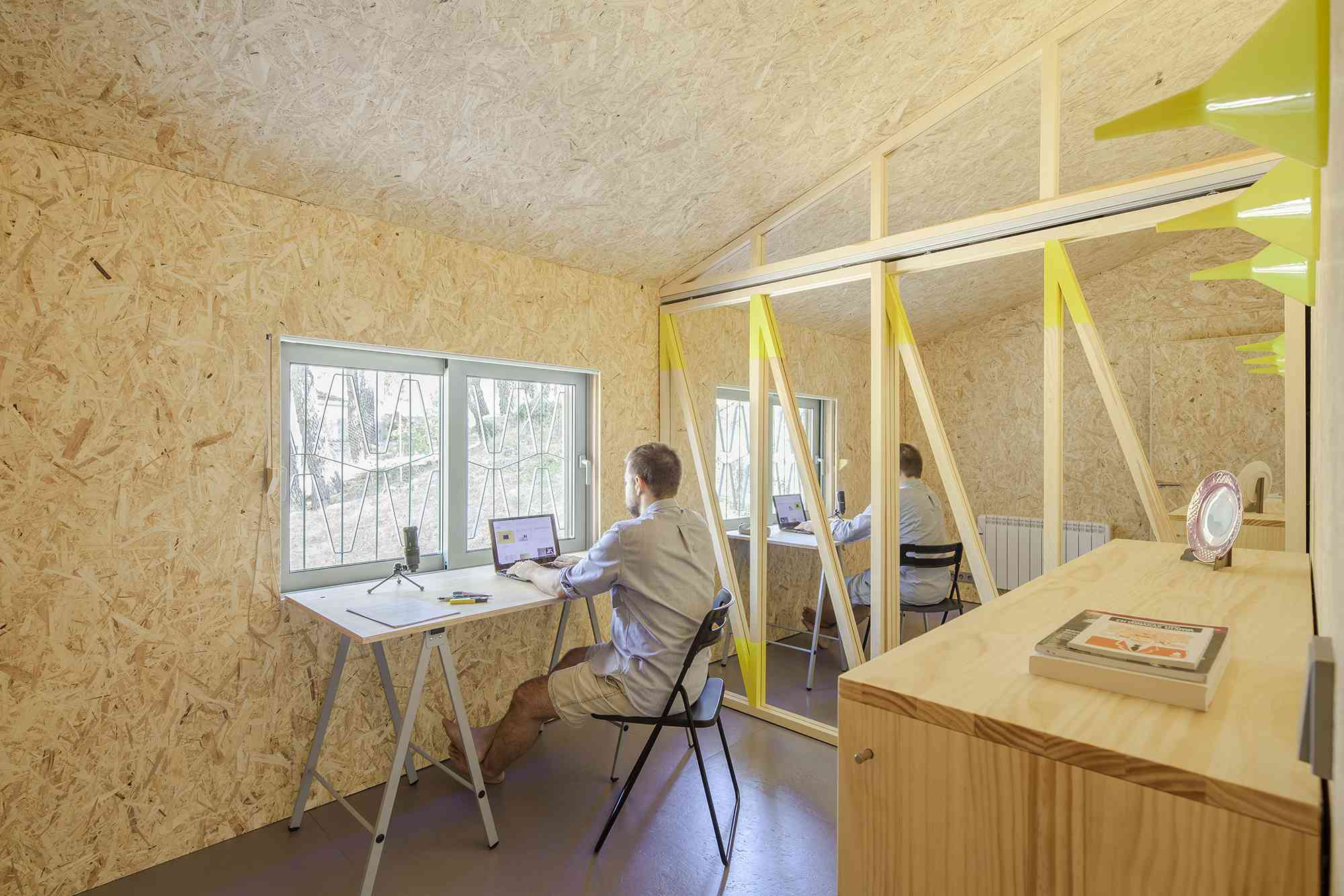 (Synanthro)Love Shack, (Tele)Working Abode by Husos Architects bedroom