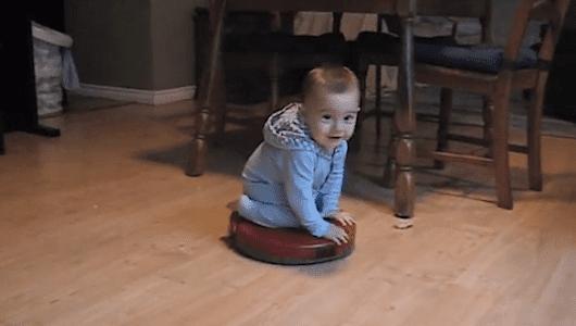 5 videos de bebés montando roombas