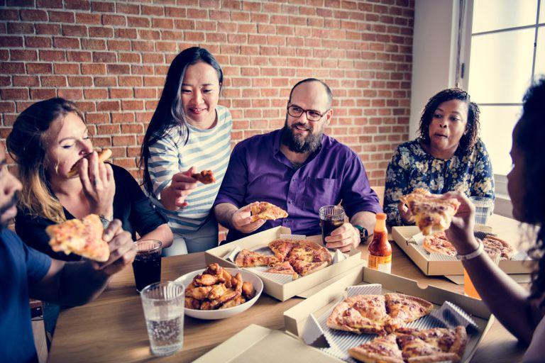 ¿Por qué comemos más cuando estamos con nuestros amigos y familiares?