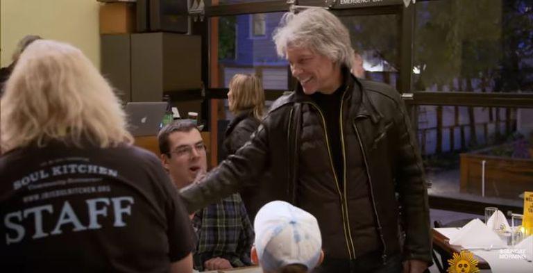 En Soul Kitchen de Bon Jovi, puedes pagar por adelantado o pagar con tu tiempo