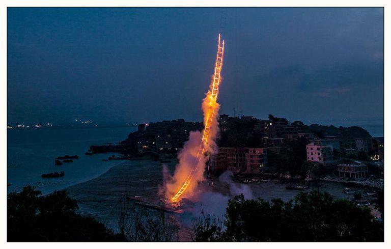 Artista cumple su sueño con fuegos artificiales 'Sky Ladder'