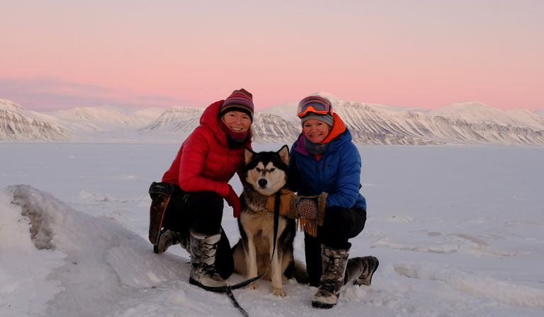 Sunniva Sorby (left) and Hilde Fålun Strøm with Ettra in Svalbard.
