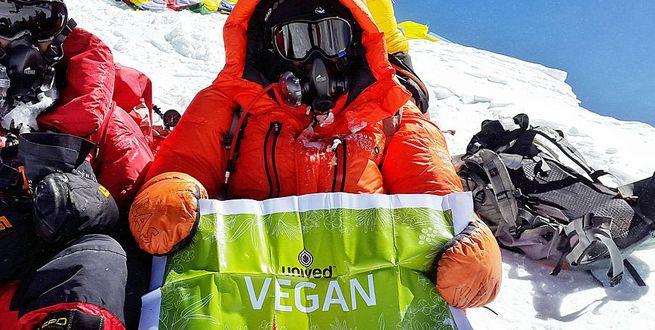 El escalador del Everest capturado en un video viral estaba en una misión vegana