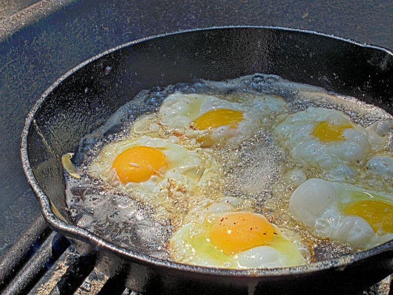 ¿Cuál es la mejor manera de desechar el aceite de cocina usado en casa?