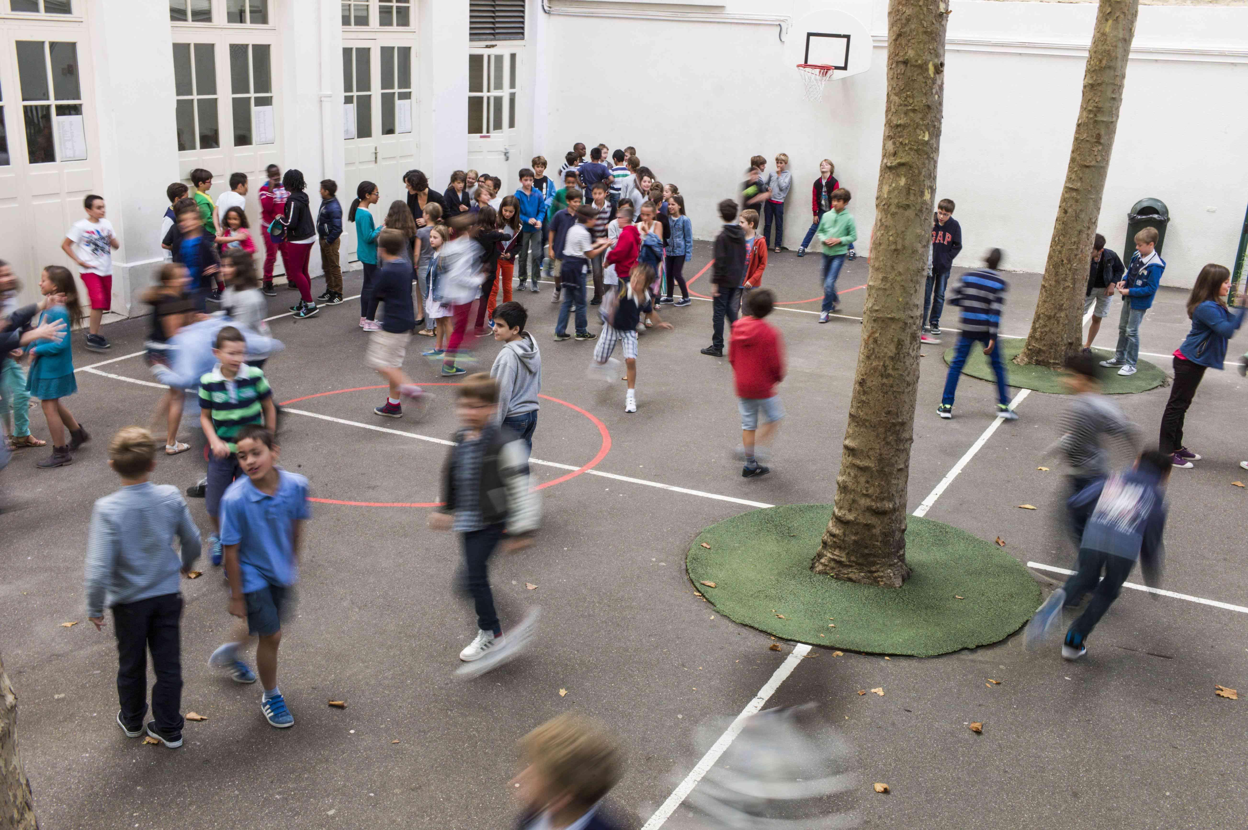 Another bustling Parisian schoolyard