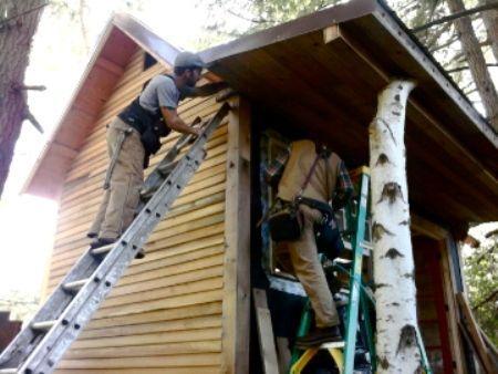 Cabaña en Oregon construida con casi cero electricidad y 100% materiales recuperados