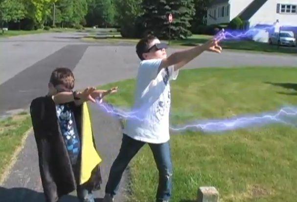 Dos niños se convierten en superhéroes para promover la energía solar