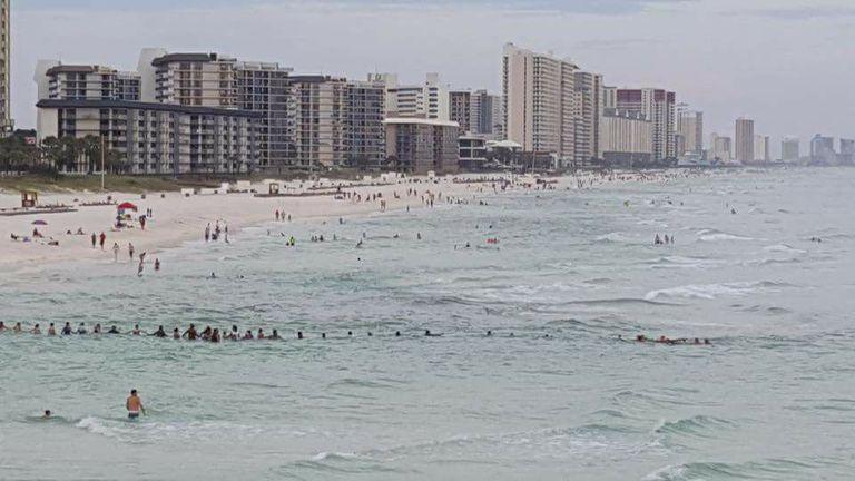 Los bañistas forman una cadena humana para rescatar a una familia que se ahoga en Florida