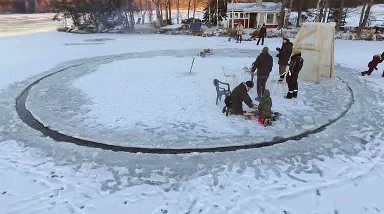 Este impresionante 'carrusel de hielo' giratorio es cortado de un lago congelado con motosierras (video)