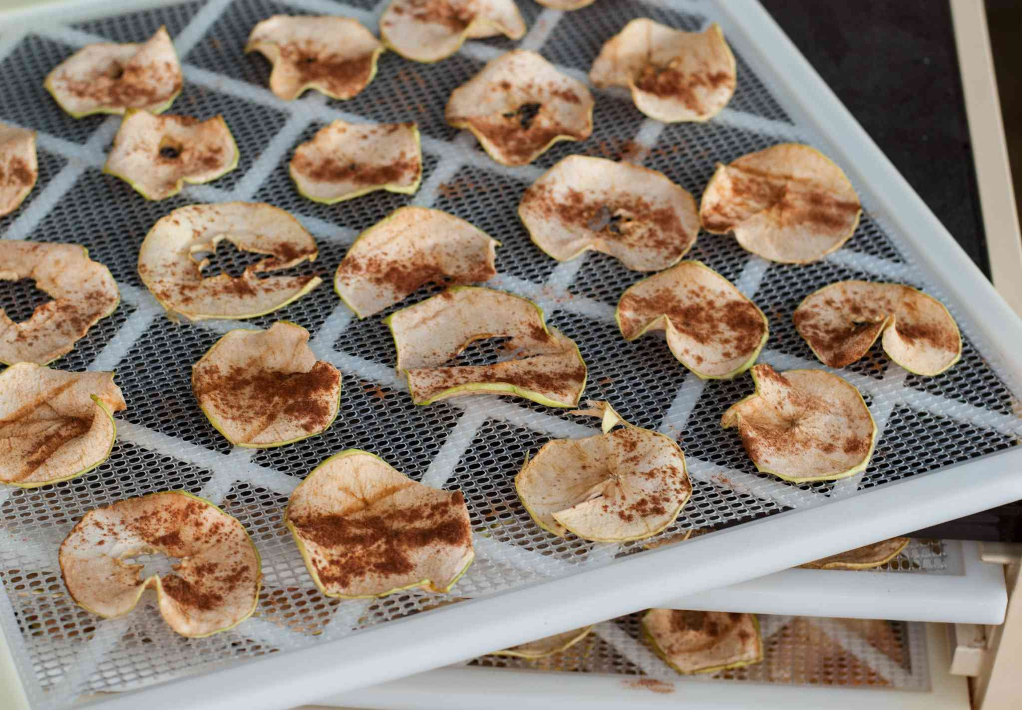 Drying apple slices with cinnamon