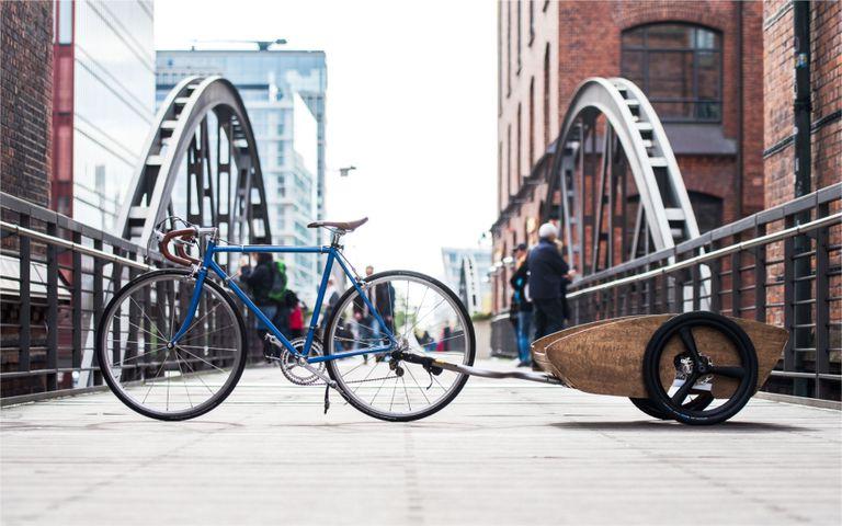 Este remolque para bicicletas no solo transporta carga, sino que empuja su bicicleta con un motor eléctrico