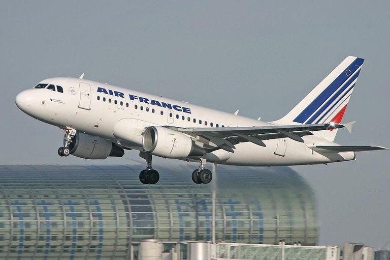 Francia aumentará las tarifas aéreas para combatir el cambio climático