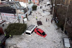 The accumulation of hail in the streets of Guadalajara buried vehicles and damaged homes