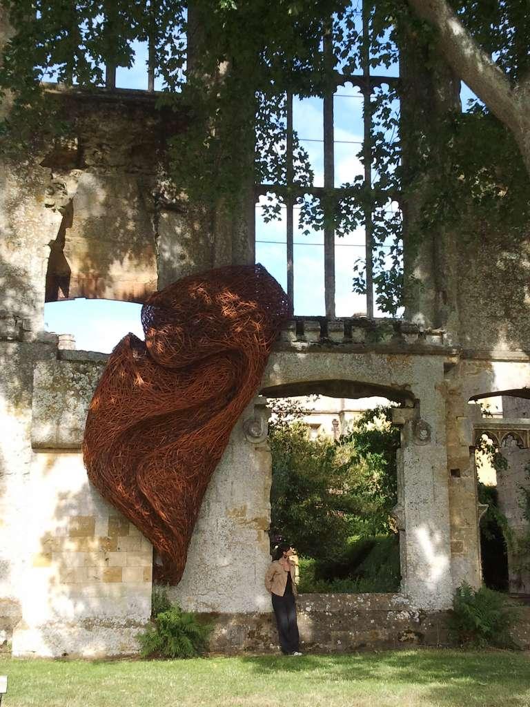 Las esculturas simbióticas del artista tejen una historia mágica sobre la naturaleza (Fotos)