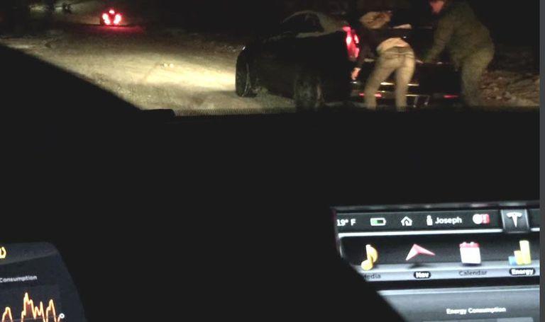 Subiendo cuesta arriba: Tesla pasa un montón de SUV atascados en la nieve (Video)