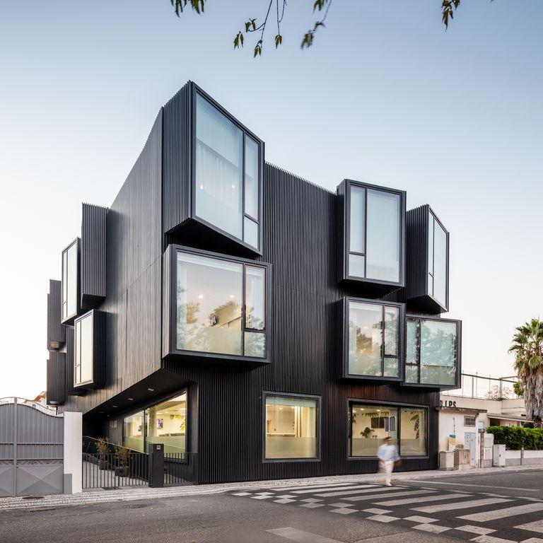 El centro de cuidado de ancianos en Portugal tiene ventanas más altas que los techos