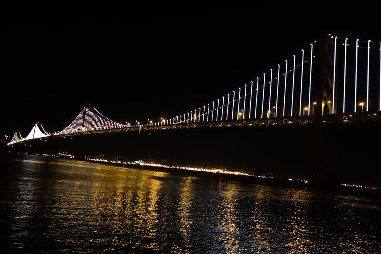El puente de la bahía brilla a la luz de 25.000 LED
