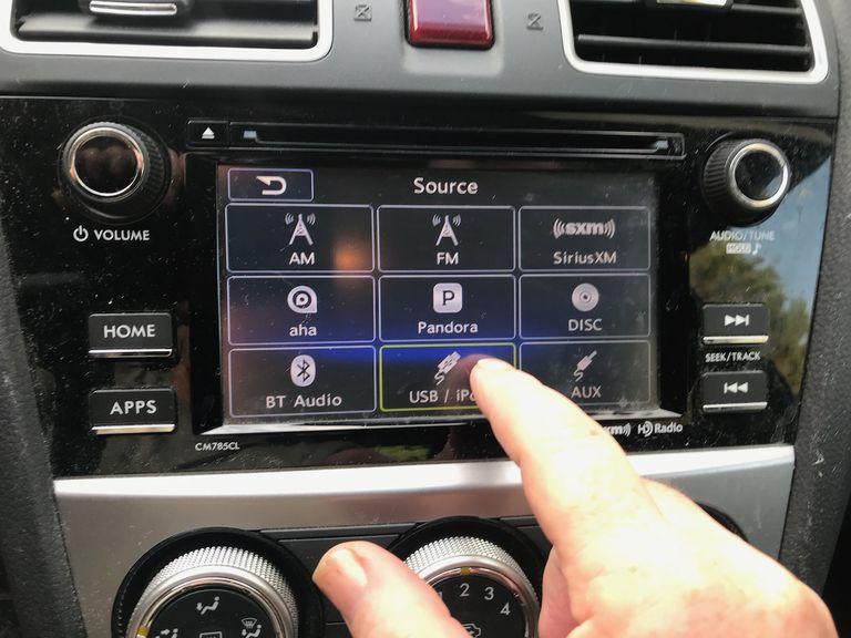 Los sistemas de infoentretenimiento en los automóviles son una distracción para todos, pero aún más para los conductores mayores