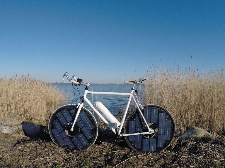 Es una bicicleta eléctrica con energía solar. Ahora estamos hablando. De nuevo.