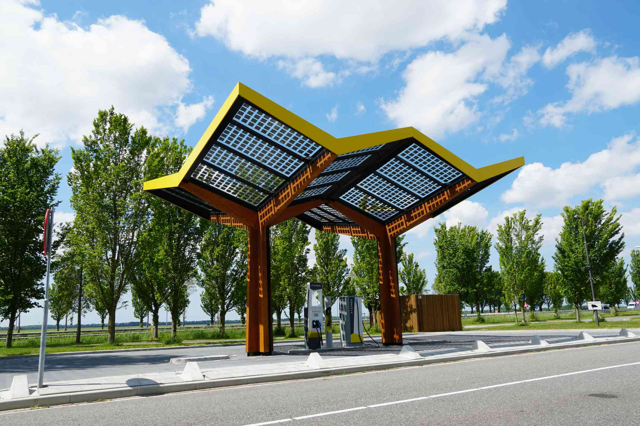 EV charging station using solar energy and batteries.