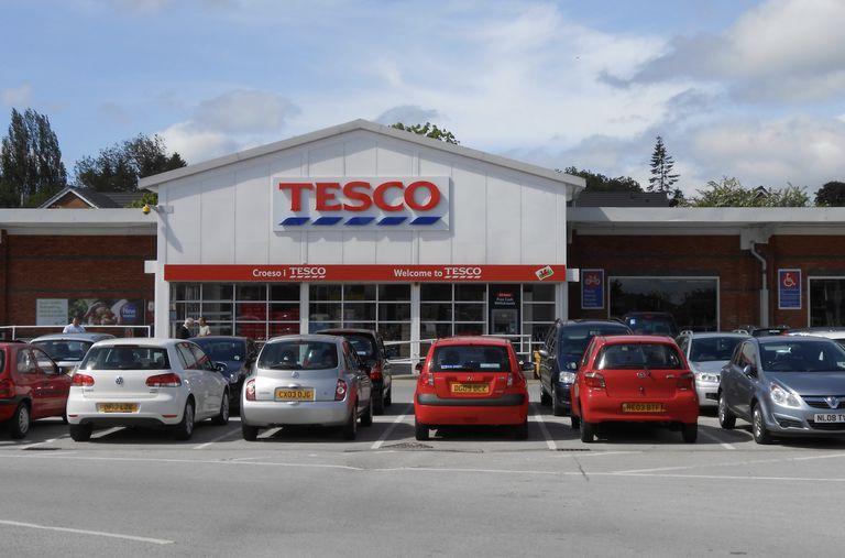 El supermercado británico Tesco dice que prohibirá los productos con envases excesivos
