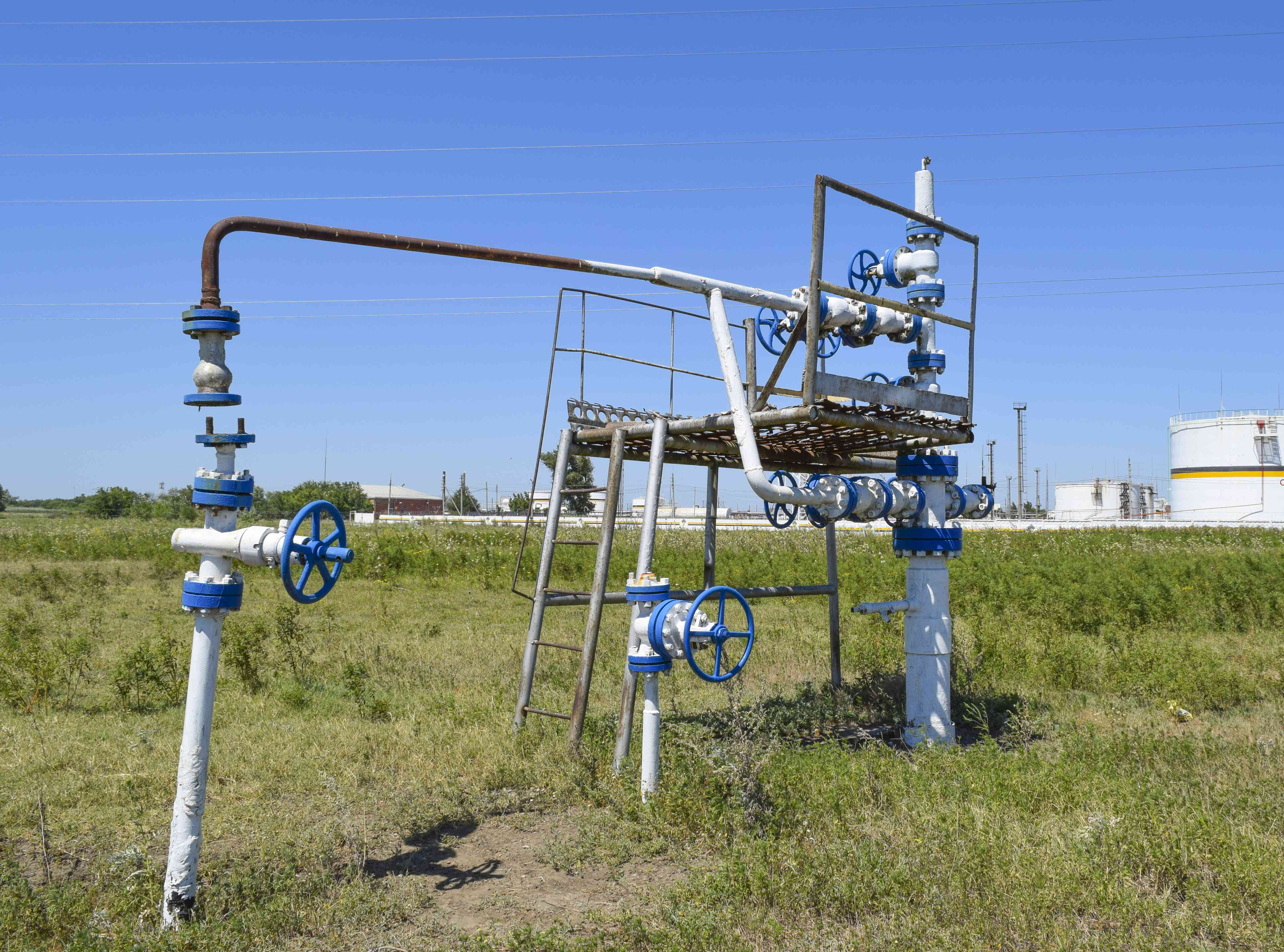 Well for water injection into the reservoir. Maintaining reservoir pressure. Oil production. Well for maintenance of reservoir pressure