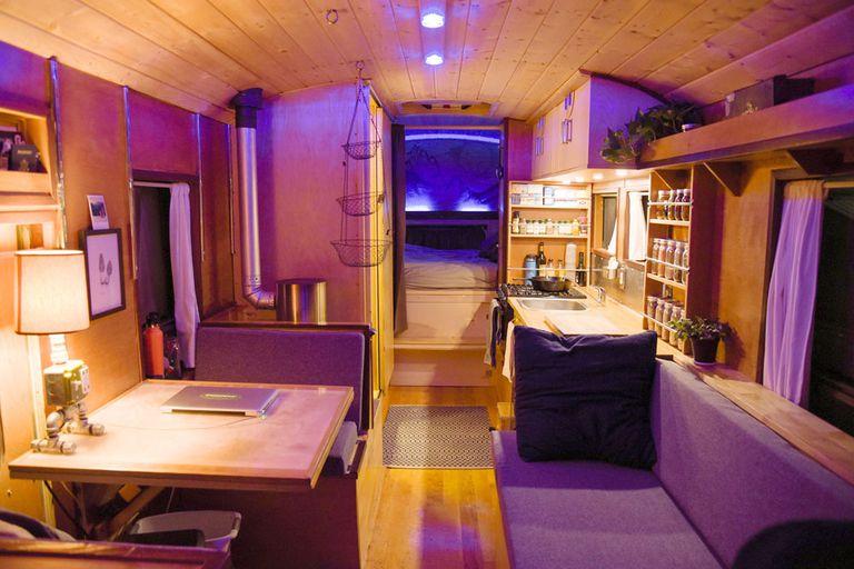 Carpenter vive, trabaja y viaja con esta conversión de autobús bien diseñada (video)
