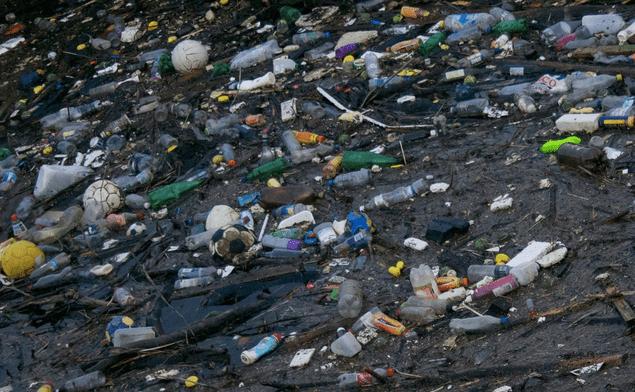 Los gigantes corporativos prometen frenar el desperdicio de envases de plástico que obstruyen los océanos