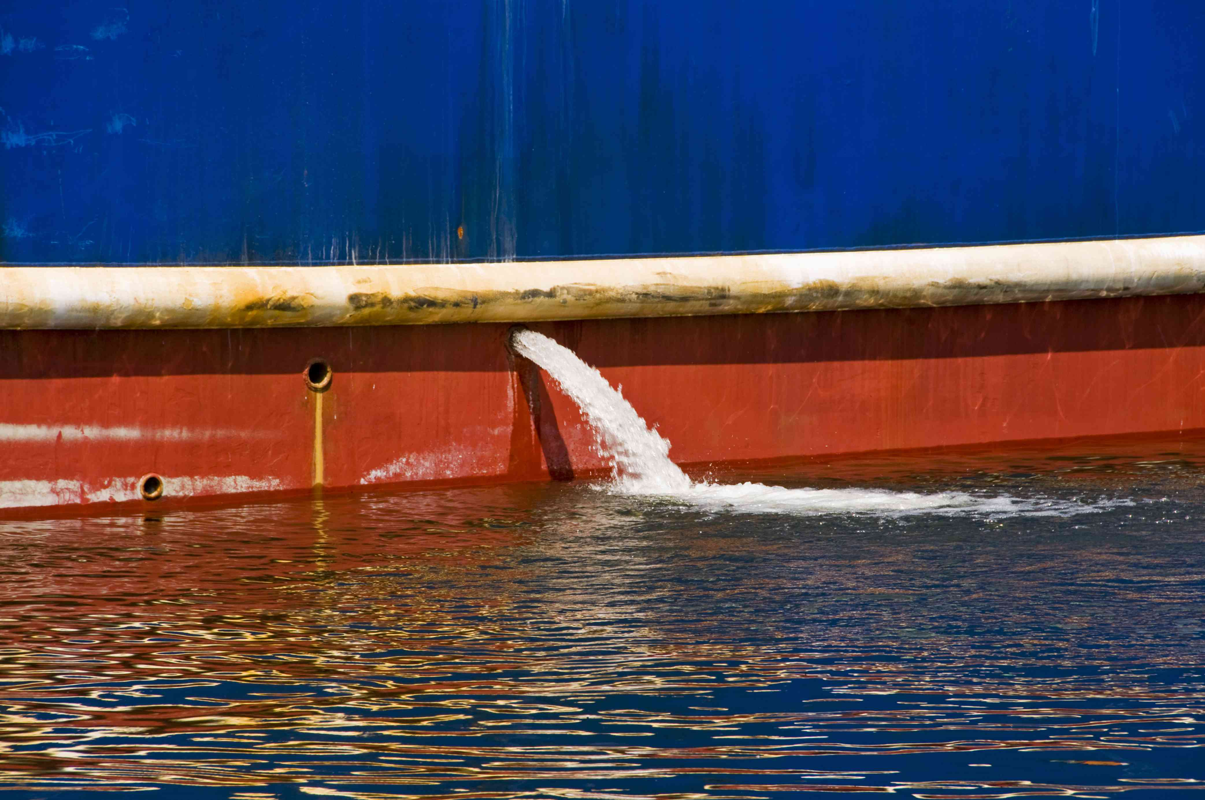Outflow of ballast water from fishing ship's hull