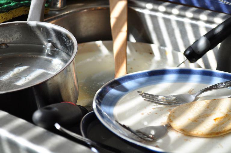 Lavar los platos es la tarea que más le cuesta a su matrimonio