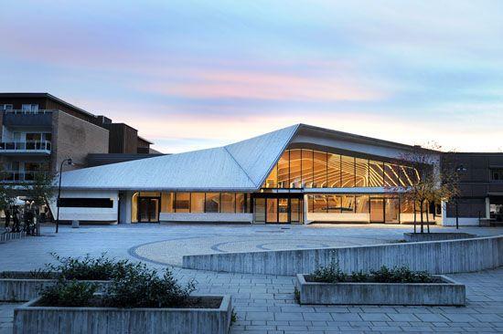 Prefabricados, nervaduras de madera laminadas con pegamento forman esta inspiradora biblioteca de
