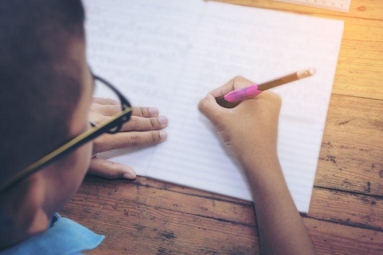 Los niños con problemas de tecnología tienen problemas para sostener un lápiz