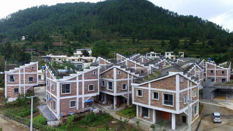 La vivienda rural de estilo urbano posterior a un desastre incorpora jardines en la azotea