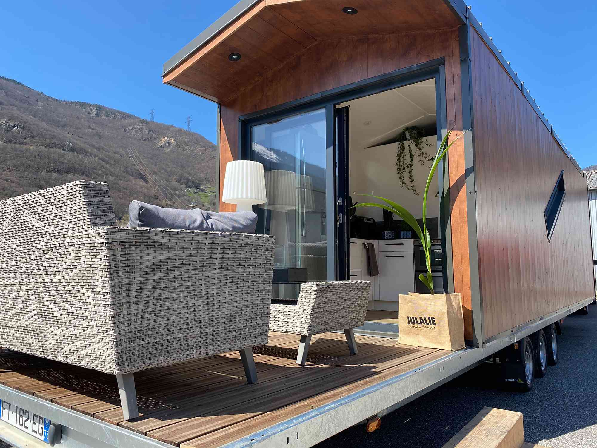 Dejessi tiny house by Tiny House Tarentaise outdoor deck