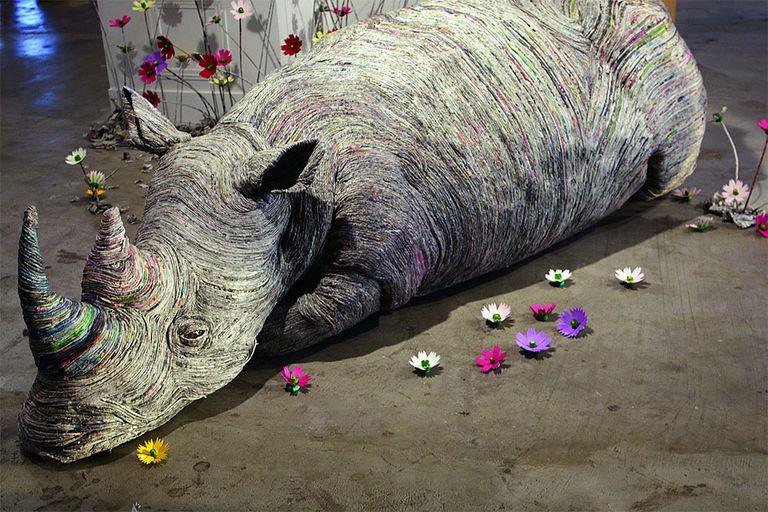 Estas esculturas de vida silvestre realistas están hechas con periódicos enrollados (video)