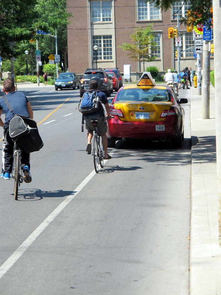 Se insta a los residentes de Toronto a boicotear a la compañía de taxis que mantiene el estacionamiento en los carriles para bicicletas