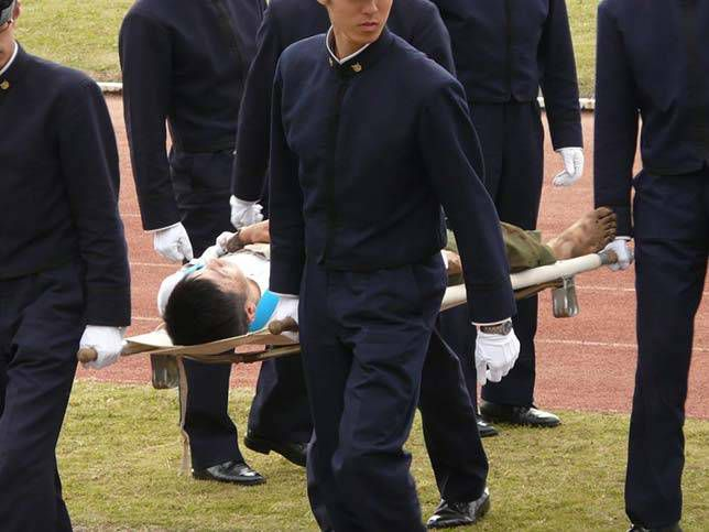 A Bo-taoshi player being taken out on a stretcher.
