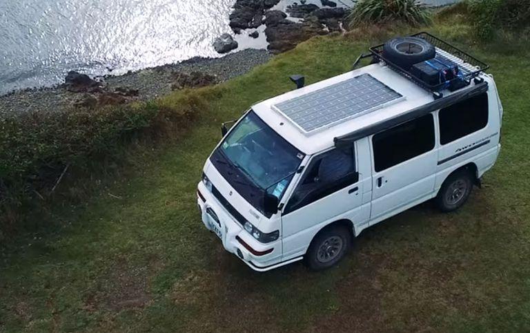 El hombre convierte una furgoneta en un vehículo de supervivencia sumergible, todo terreno y fuera de la red (vídeo)