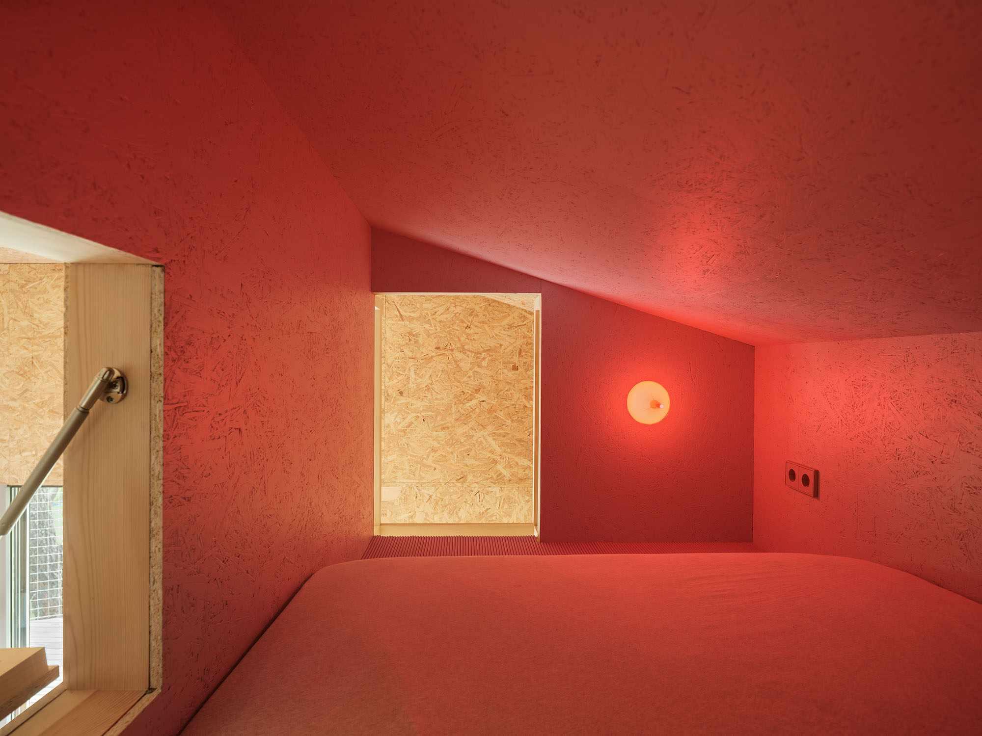 (Synanthro)Love Shack, (Tele)Working Abode by Husos Architects sleeping loft
