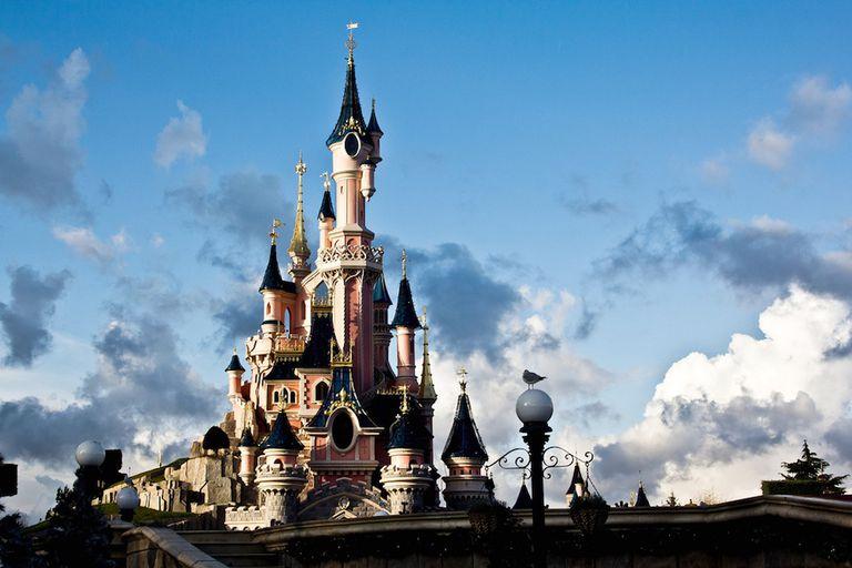 Disney promete prohibir las pajitas de plástico, agitadores, vasos y más