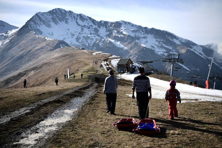 La estación de esquí francesa está utilizando helicópteros para mover la nieve