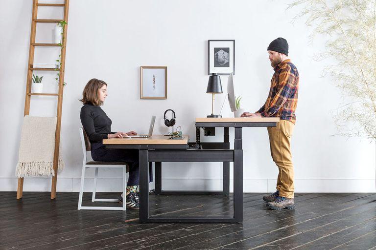 El diseño dividido en el escritorio de altura ajustable para sentarse y pararse le permite hacer ambas cosas (video)