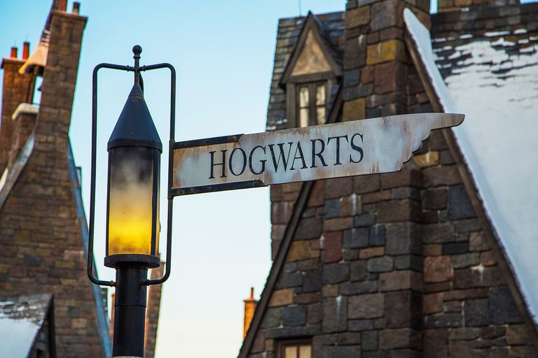 A sign pointing to Hogwarts